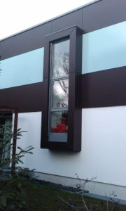 Kunststoff-Fenster Schüco außen Dekor Silbergrau - innen weiß als besonderes Gestaltungselement von #mauersberger Wiesbaden realisiert