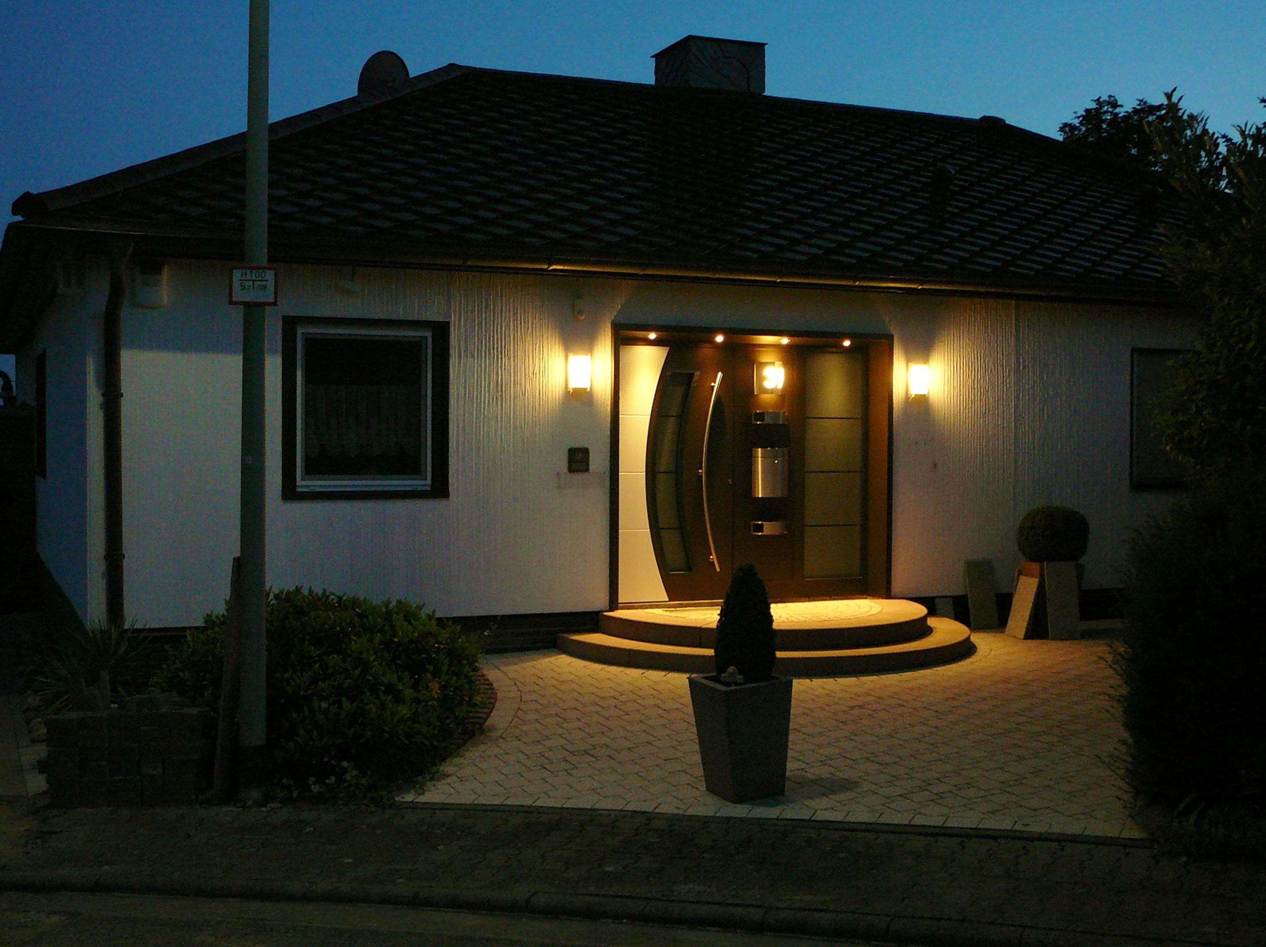Hausportal am Abend