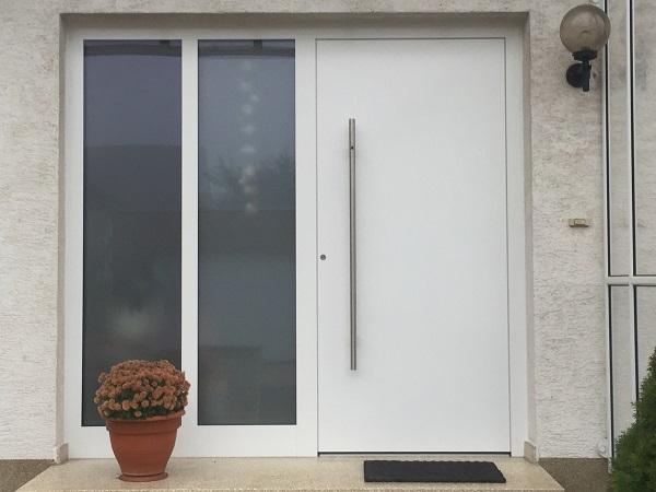 Haustür mit Seitenteil flügelüberdeckend