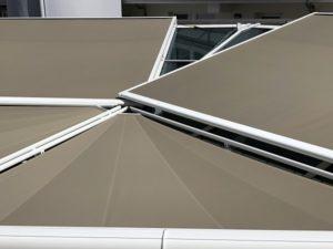 Glasdach der Mediathek Wiesbaden Außenansicht mit Sonnenschutz