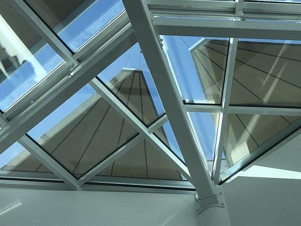 Glasdach der Wiesbadener Mauritius-Mediathek mit Dreiecksmarkise von #Mauersberger